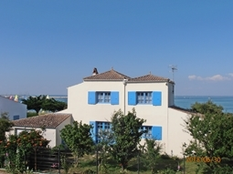 Holidays hiring in OLERON: Furnished house (6 p.) with direct access to the sandy beach.